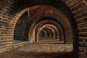 Grandezze e unità di misura del radon - Corridoio sotterraneo creato da archi in mattoni