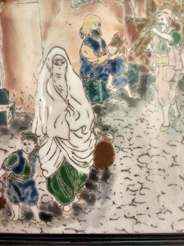 Immagine che ricorda scene di vita in un ambiente arabo urbano. Una madre che porta l'acqua con il figlioletto per mano su uno sfondo di suonatori