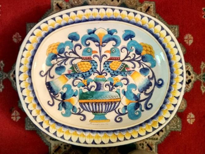 Immagine tratta da una porcellana tipica fiorentina: uccelli e fiori colorati.