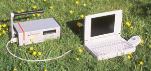 Strumento tipo AlphaGUARD P30D della Genitron Instruments, collegato in campo ad un personal computer, impiegato per la misura del radon outdoor.